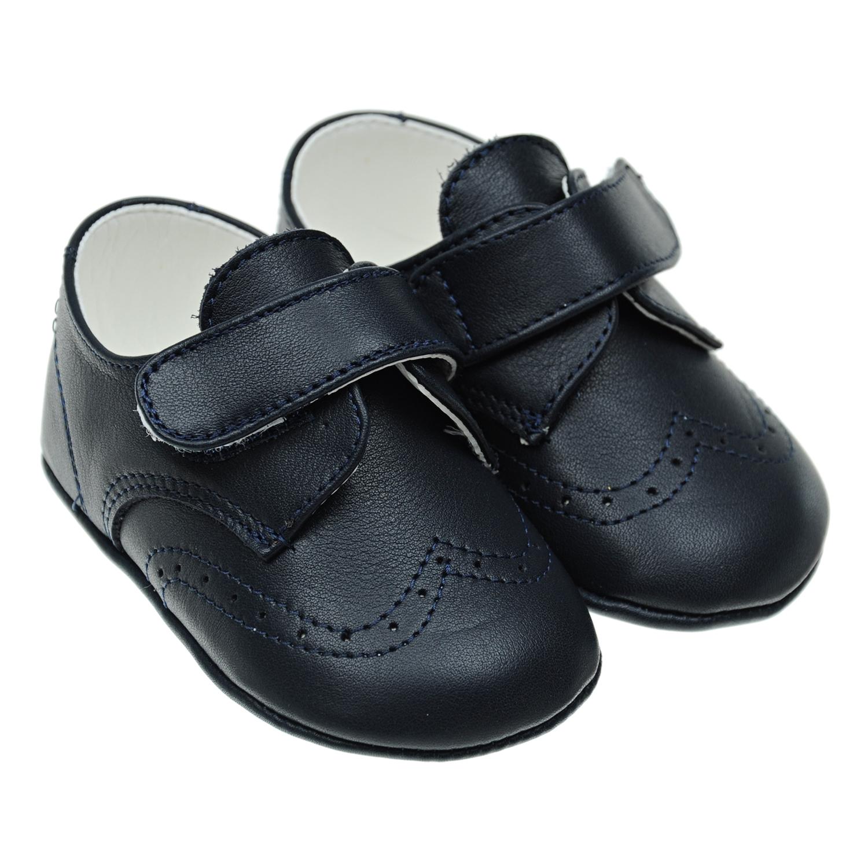Пинетки на липучкеПинетки<br>Кожаные пинетки Baby Chick, стилизованные под туфли. Верх модели темно-синего цвета, подкладка белая. Пинетки декорированы перфорированным узором, застегиваются на липучку. Тонкая подошва изготовлена из полимерных материалов.