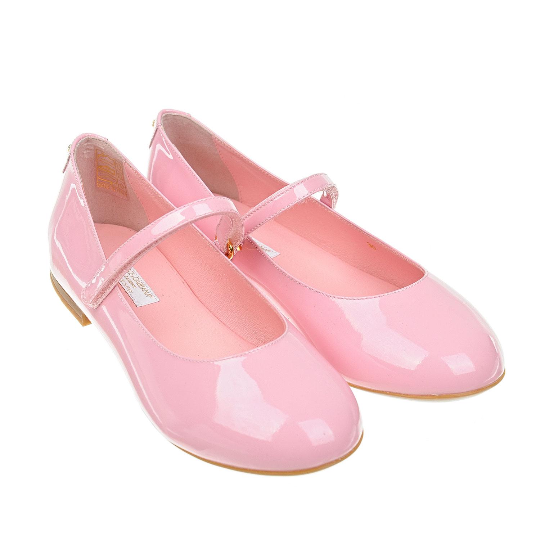 Лакированные туфли Dolce&GabbanaТуфли<br>Розовые туфли DolceGabbana на небольшом каблуке изготовлены из натуральной лакированной кожи. Модель с круглым мысом застегивается на тонкий ремешок с липучкой. Фирменный логотип нанесен на нескользящую подошву.