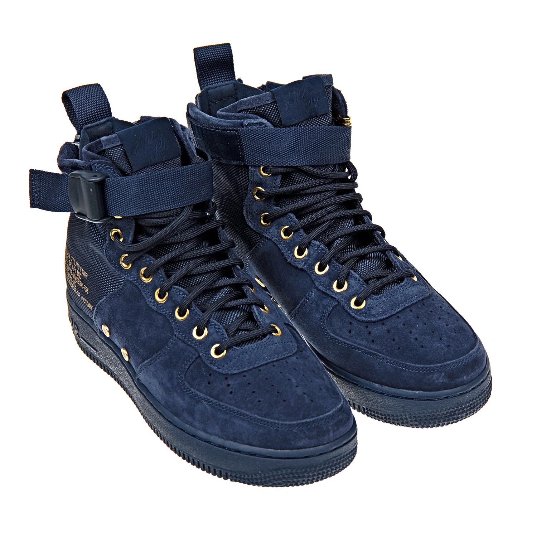 Высокие кроссовки NikeКроссовки<br>Высокие кроссовки Nike изготовлены из комбинации натуральной кожи и прочного текстиля. Модель с золотистыми люверсами и заклепками стилизована под баскетбольные кроссовки. Шнуровка, ремешок в области голеностопа и двойная молния на пятке позволяют легко регулировать плотность посадки обуви. Петелька на заднике обеспечивает удобство переобувания.
