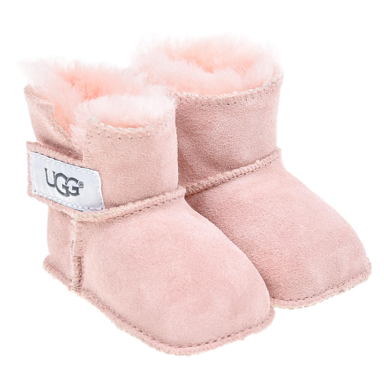Розовые пинетки с застежкой липучкой UGGУгги<br>Розовые пинетки UGG Australia. Базовая модель целиком выполнена из натуральной овчины. Идеально согреет ножки вашего малыша. Пинетки фиксируются в обхват щиколотки застежкой на липучке, декорированной нашивкой с логотипом.
