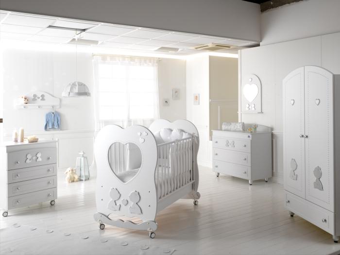 Кровать Baby Expert Cuore di MammaКровати для новорожденных<br>• каркас кроватки сделан из цельной древесиныbrgt;• кроватка фиксируется на месте специальными тормозамиbrgt;• края кроватки покрыты нетоксичными оболочками, которые гарантируют максимальную безопасность ребенку в случае соприкосновения со ртом, и в то же время защищают кроватку от царапинbrgt;• края раздвижные и выше 60 см, как предусмотрено европейскими нормативными требованиямиbrgt;• расстояние между планками составляет от 4 до 7см для того, чтобы не позволять ребенку застревать между ними ногами, руками или головойbrgt;• расстояние между боковыми краями и сеткой меньше 2,5 см, чтобы не позволять ребенку вставлять ножкуbrgt;• ортопедическая сетка днища кроватки сделана в соответствии с европейскими нормативными требованиями, с планками из букового дереваbrgt;• сетка гарантирует ребенку правильное положение и соответствующую опору для позвоночника во время снаbrgt;• все декоративные элементы кроватки выполнены из экологически чистых и безопасных материалов