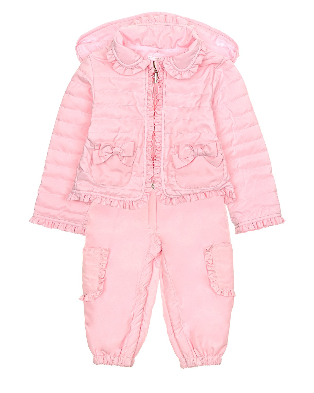 Комплект из двух деталей AlettaКомбинезоны и комплекты<br>Розовый комплект из двух деталей Aletta. В комплект входят куртка и полукомбинезон. Куртка с отложным воротником, капюшоном и двумя накладными карманами. Застегивается на молнию. Полукомбинезон с накладными карманами, эластичными лямками на пуговицах. Все детали комплекта на синтепоновой подкладке, декорированы рюшами.
