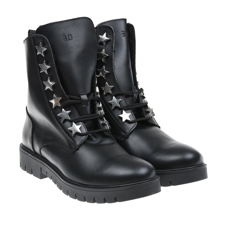 Высокие ботинки из кожиБотинки, сапоги демисезонные<br>Высокие ботинки 3.0 изготовлены из черной матовой кожи. Модель украшена металлическими звездами, при помощи которых крепится шнуровка. Массивный язычок декорирован тисненным логотипом. Сбоку расположена дополнительная застежка на молнию. Внутри — мягкая флисовая подкладка. Подошва из полимерных материалов не скользит благодаря глубокому протектору.