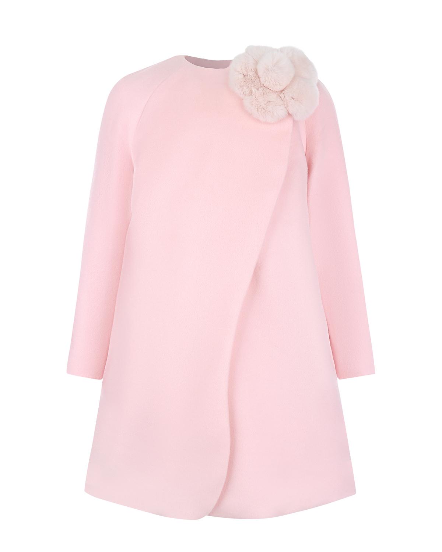 Пальто с меховой подкладкой DiorПальто<br>Пудрово-розовое пальто Dior выполнено из комбинации мягкой шерсти и нежного кашемира. Внутри — теплая подкладка из меха кролика. Модель А-силуэта с рукавом-реглан застегивается на косую молнию. Фигурная планка, прикрывающая застежку, напоминает по форме лепестки ландыша — любимого цветка ChristianDior. Круглый вырез украшает крупный цветок из пушистых меховых помпонов.