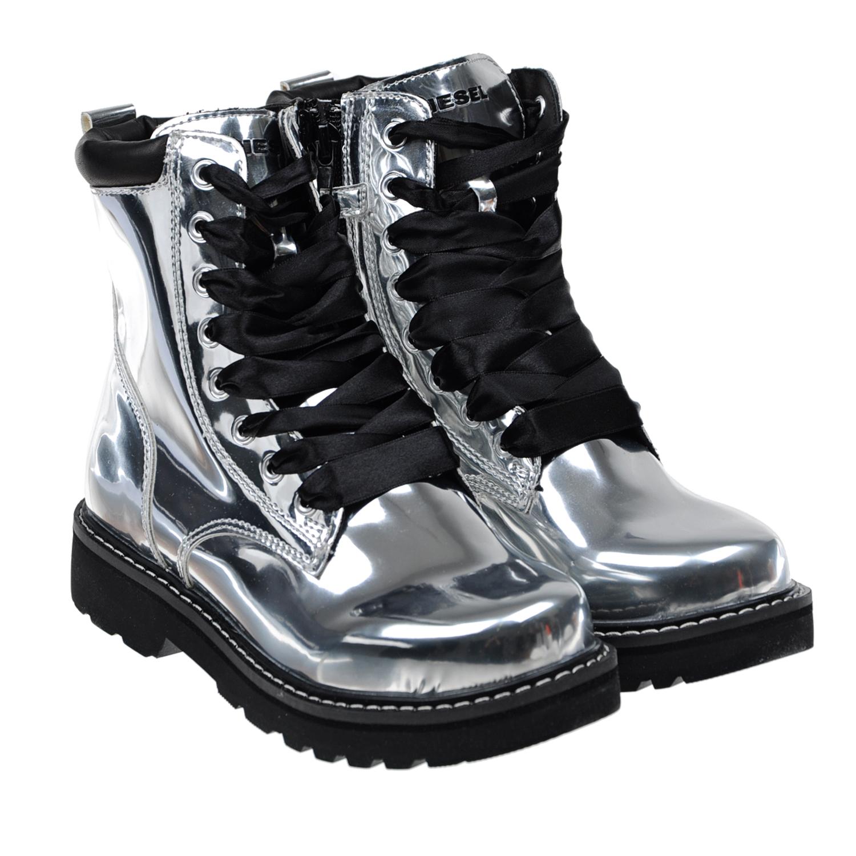 Серебристые ботинки DieselБотинки, сапоги демисезонные<br>Высокие серебристые ботинки Diesel в стиле grange. Верх модели выполнен из полимерных материалов, подкладка из натуральной кожи. Черная подошва на массивном каблуке с глубоким рифлением изготовлена из полимерных материалов. Ботинки дополнены черной кожаной вставкой на заднике и шнурками-лентами. Застегиваются на молнию.
