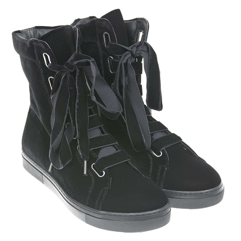 Велюровые ботинки MissouriБотинки, сапоги демисезонные<br>Высокие черные ботинки Missouri. Верх модели велюровый, подкладка выполнена из натуральной кожи. Тонкая плоская подошва изготовлена из полимерных материалов. Ботинки дополнены шнуровкой с фигурными люверсами, застегиваются на молнию.