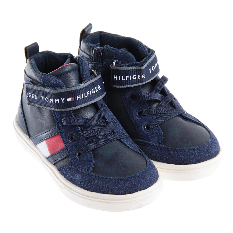 Высокие кеды из эко-кожиКеды<br>Высокие темно-синие кеды Tommy Hilfiger выполнены из эко-кожи с мягкой текстильной подкладкой. Боковые панели украшены фирменной эмблемой. Застежка-велькро в обхват щиколотки украшена логотипом. Петелька на заднике позволяет легко снимать и надевать обувь. Гибкая белая подошва изготовлена из резины.