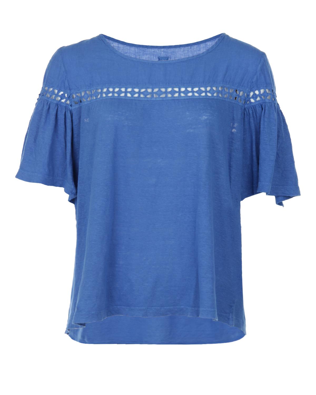 Блузон с короткими рукавами и кокеткой 120% LinoБлузы, Рубашки<br>Синий блузон 120% Lino. Модель свободного кроя, с вырезом лодочкой, короткими рукавами и кокеткой из льняного полотна. Блузон выполнен из льняного трикотажа и декорирован ажурной тесьмой по линии кокетки и плеч.