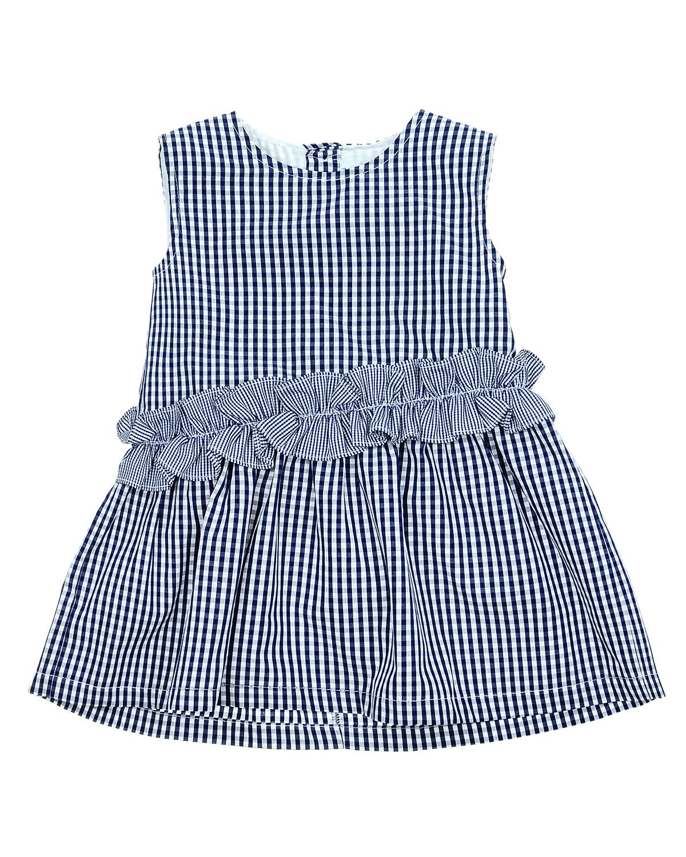 Платье без рукавов в клетку AlettaПлатья, Сарафаны<br>Платье Aletta из хлопковой ткани в сине-белую клетку виши. Модель с круглым вырезом, без рукавов, застегивается на спине на пуговицы. Линия талии подчеркнута рюшами.