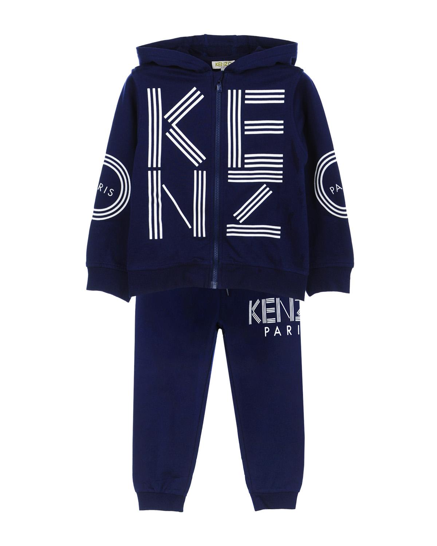 Костюм спортивный с принтомСпортивная одежда<br>Синий спортивный костюм KENZO из хлопкового трикотажа. Спортивная куртка с капюшоном, длинными рукавами реглан с манжетами и двумя боковыми карманами, застегивается на молнию. Декорирована принтом с изображением логотипа. Брюки с эластичным поясом со шнурком, тремя карманами и манжетами по низу брюк. Декорированы принтом с изображением логотипа.