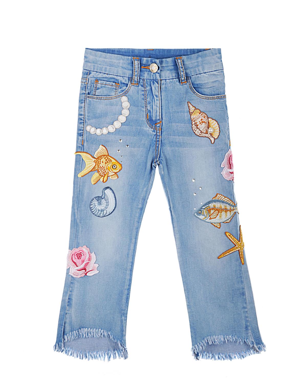 Брюки джинсовые MonnalisaДжинсы<br>Прямые укороченные джинсы MONNALISA с посадкой на талии из голубого денима с потертостями и с бахромой по краю штанин. Классический верх с 5-ю карманами. Застежка на молнию и пуговицу. Вышитые патчи и металлические стразы спереди.