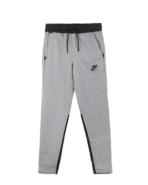 Cпортивные брюки Air Max из флисаСпортивная одежда<br>Спортивные брюки  Nike Air Max изготовлены из серого флиса. Мягкая легкая ткань отлично сохраняет тепло. По бокам предусмотрено два косых кармана, а сзади расположен втачной карман с застежкой на молнию. Эластичный пояс-кулиска обеспечивает плотную посадку изделия на талии. Изделие украшено спереди принтом с логотипом и названием модели на задних вставках контрастного черного цвета.