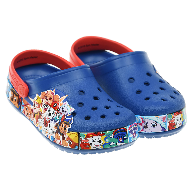 Синие сабо с принтом Crocs.