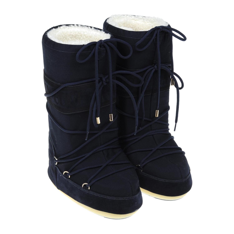 Однотонные мунбуты с меховой подкладкой Yves SalomonБотинки, полусапоги зимние<br>Темно-синие мунбуты Yves Salomon изготовлены из непромокаемого текстиля. Внутри — утеплитель из натурального меха, надежно защищающий ноги от холода. Модель дополнена вставками из бархатистой замши и украшена логотипом. Обувь фиксируется при помощи характерной шнуровки. Высокая нескользящая подошва гарантирует прекрасное сцепление с разными типами поверхности.