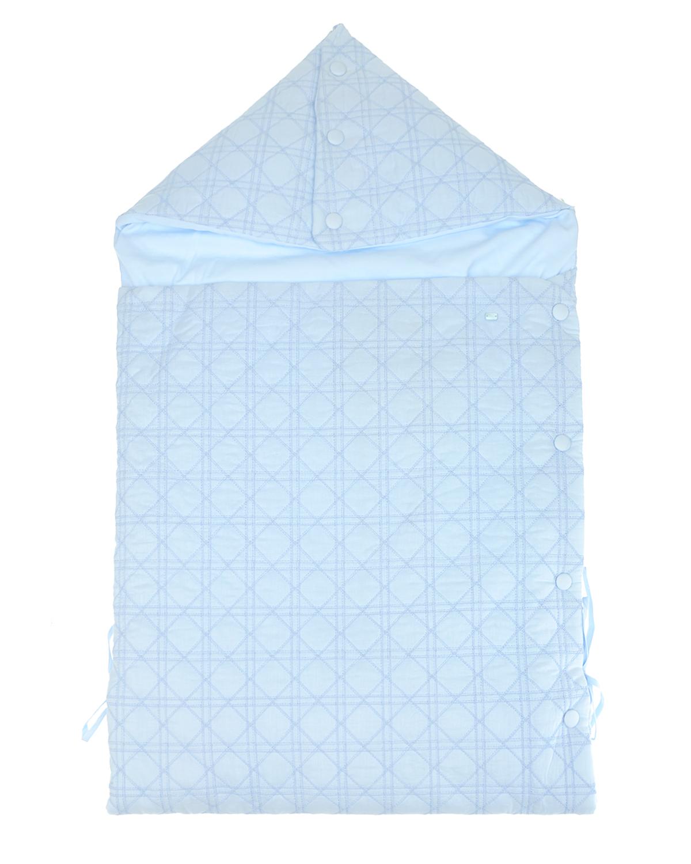 Голубой конверт для новорожденного с вышивкой «Cannage»Конверты<br>Голубой конверт для новорожденного Dior из хлопкового поплина с подкладкой из мягкого джерси. Модель с капюшоном и застежкой на кнопки по боковому шву. Длина конверта регулируется завязками по бокам. Конверт декорирован вышивкой «Cannage».