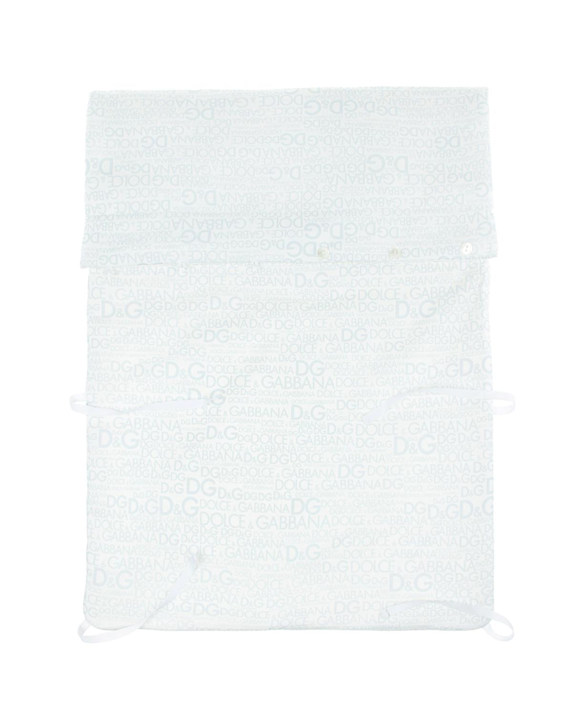Конверт из мягкого хлопкового трикотажа.Конверты<br>Белый конверт DolceGabbana из мягкого хлопкового трикотажа. Модель декорирована сплошным голубым принтом с изображением логотипа. Застегивается на пуговицы, длина регулируется завязками.