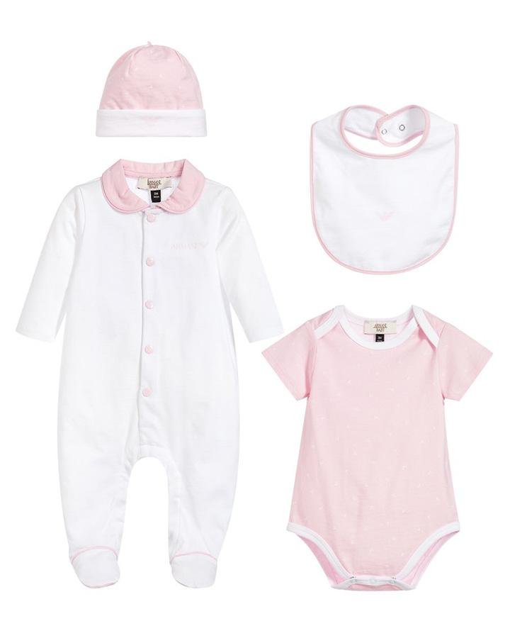 Комплект для новорожденногоКомплекты<br>Комплект для новорожденного Armani. В комплект входят: комбинезон с ножками, боди, слюнявчик и шапочка. Все детали комплекта изготовлены из хлопкового трикотажа и упаковываются в сумочку.  Комбинезон белого цвета, с отложным розовым воротником, застегивается на кнопки. Боди розового цвета, с короткими рукавами и контрастной отделкой. Шапка розовая, с белым отворотом. Слюнявчик белый, с контрастной отделкой по краю, застегивается на кнопки. Все предметы декорированы принтом с изображением логотипа.