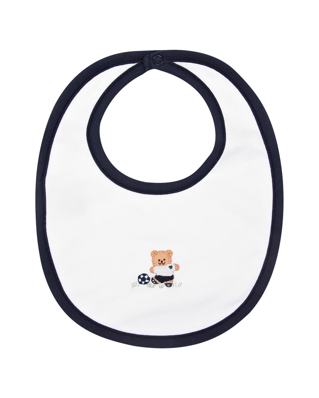 Слюнявчик из хлопка с аппликацией Lyda BabyНагрудники<br>Белый слюнявчик Lyda Baby сшит из перуанского хлопка пима. Ткань из этого элитного хлопка отличается необыкновенной мягкостью и высокой прочностью. Модель украшена забавной аппликацией с медвежонком-футболистом. Края изделия отделаны контрастным темно-синим кантом. Сзади расположена удобная застежка на кнопку.