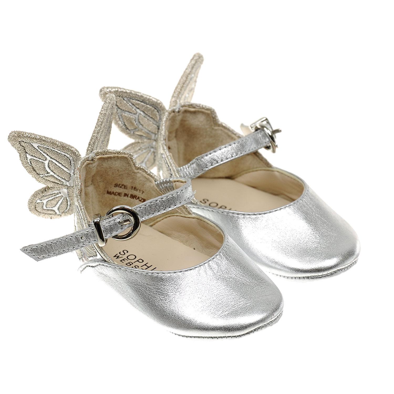 Серебристые пинетки с крылышкамиПинетки<br>Серебристые пинетки Sophia Webster, стилизованные под туфли. Верх и подошва модели выполнены из натуральной кожи, подкладка текстильная. Пинетки декорированы крылышками на запятнике. Фиксируются при помощи тонкого ремешка с пряжкой