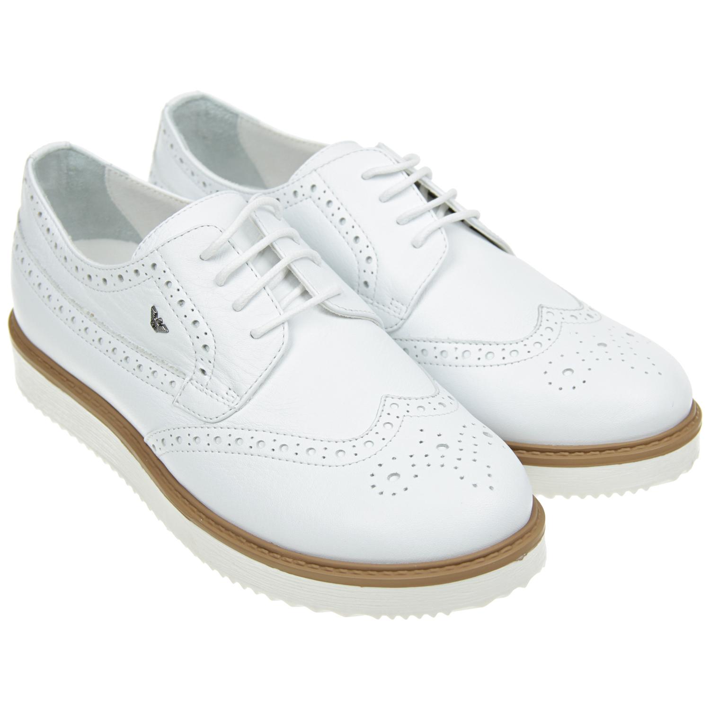Кожаные туфли с перфорациейТуфли<br>Белые туфли Armani на шнурках. Верх и подкладка модели изготовлены из натуральной кожи. Верх декорирован перфорированным узором и небольшим металлическим логотипом. Плоская подошва белого цвета изготовлена из натуральных материалов.