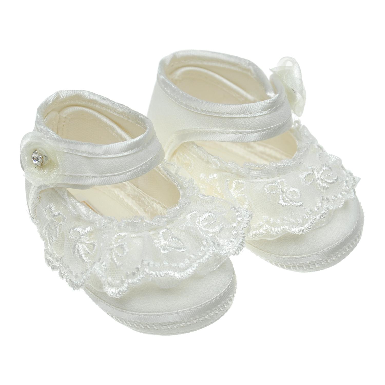 Белые пинтеки с кружевной отделкойПинетки<br>Белые текстильные пинетки для Baby Chick. Модель декорирована кружевными рюшами, объемным текстильным цветком и кристаллами. Фиксируются в обхват щиколотки тонкой перемычкой.
