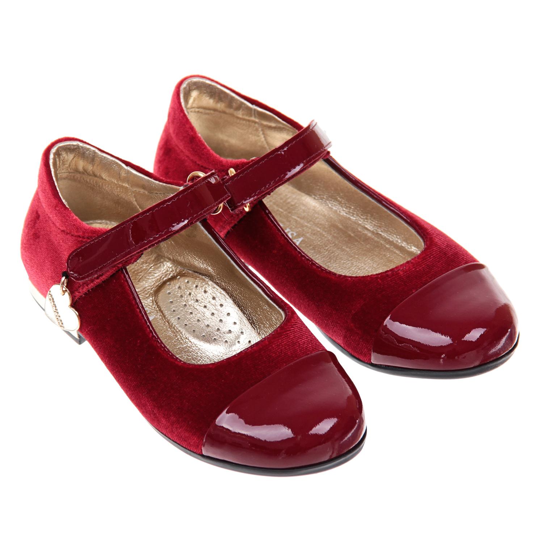 Туфли MonnalisaТуфли<br>Красные туфли MonnaLisa. Верх модели текстильный, с лаковым кожаным носом. Подкладка из натуральной кожи. Тонкая подошва на низком каблуке изготовлена из полимерных материалов. Туфли фиксируются в обхват стопы тонким ремешком на липучке.
