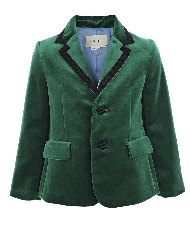 Бархатный пиджакКостюмы, Пиджаки, Жилеты<br>Зеленый пиджак GUCCI из бархатного хлопка. Модель с широкими лацканами, двумя прорезными карманами с клапанами и шлицей. Пиджак декорирован контрастным кантом на лацканах. Застегивается на две пуговицы.