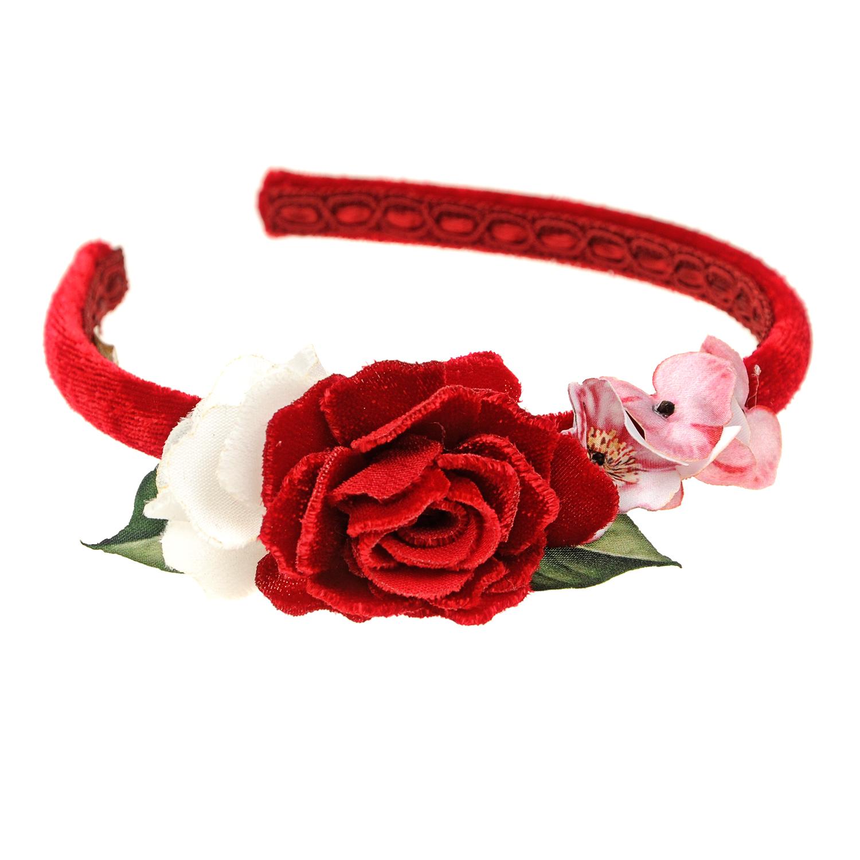 Ободок с цветочной аппликацией MonnalisaОбодки, заколки, резинки<br>Тонкий ободок Monnalisa обтянут алым бархатом. Модель украшена красивой цветочной аппликацией. Для надежной фиксации изделие дополнено тесьмой с внутренней стороны. Аксессуар удачно дополнит как праздничный, так и повседневный гардероб