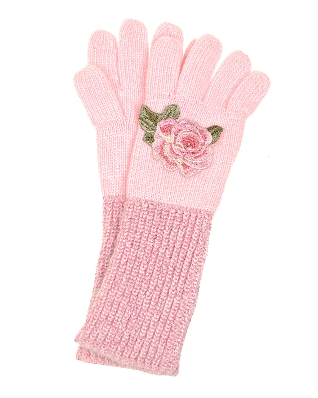Перчатки с удлиненными манжетами MonnalisaВарежки и перчатки<br>Перчатки Monnalisa связаны из смесового трикотажа розового цвета. Материал необыкновенно мягкий и теплый, благодаря входящей в состав ангоры. Модель украшена вышитыми аппликациями: роза на правом изделии, два белых цветока — на левом. Удлиненные манжеты в технике «резинка» отлично тянутся и расшиты мерцающим люрексом.