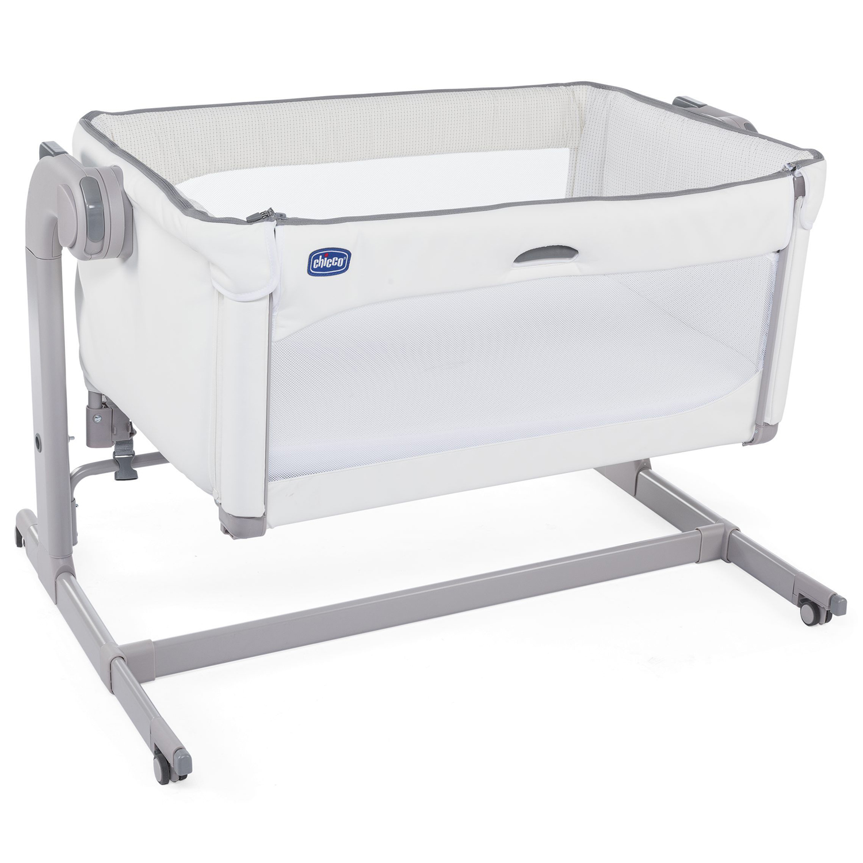Кровать Next2Me Magic white snow CHICCOКровати для новорожденных<br>Особенности:brgt;- Механизм опускания/подъёма – легкое скольжение бортика вверх и вниз, путем нажатия одной рукой кнопки посередине brgt;- Два сетчатых окошка и сетчатый дышащий 3D чехол матрасика для лучшей вентиляции и микроклимата кроватки brgt;- 11 положений регулировки по высотеbrgt;- Кроватку можно наклонять. Разница не должна превышать 4 уровняbrgt;- Режим укачивания активируется в верхней части кроваткиbrgt;- 4 колеса с тормозамиbrgt;- Вес 13,1 кг