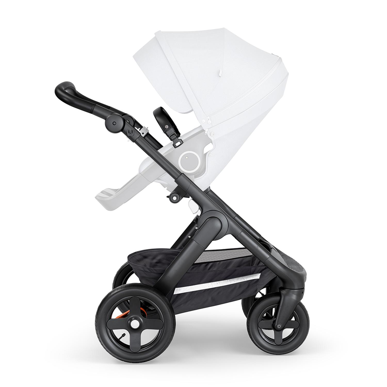 Шасси для коляски Stokke TRAILZ с внедорожными колесами и черной ручкойКоляски для новорожденных<br>Обновленное шасси Stokke® Trailz™ оборудовано стойкими к проколам внедорожными колесами, которые обеспечивают комфортное передвижение малыша. Практичная и стильная модель подходит для крепления прогулочного сиденья и люльки с мягкой обивкой. Прочная конструкция с водонепроницаемой корзиной для покупок дополнена удобной ручкой из прочной износостойкой эко-кожи. Таким образом, Stokke® Trailz™ гарантирует исключительное удобство для малыша и родителей.brgt;- Большая водонепроницаемая корзина для покупок не даст вещам испачкаться и промокнуть (максимум 10 кг)brgt;- Передние колеса поворотные с блокировкойbrgt;- Задние колеса большего диаметраbrgt;- Ножной тормозbrgt;- Эргономичная ручка регулируется под ваш ростbrgt; - Ручка из эко-кожи, чёрная или коричневая на выбор, великолепно выглядит и легко чиститсяbrgt;- Просто и легко складываетсяbrgt;- На шасси можно установить люльку для детей с рождения без дополнительных адаптеров (приобретается отдельно)brgt;- На шасси можно установить автокресла Stokke Stokke® iZi Go™ X1 от BeSafe® и Stokke® iZi Sleep™ X3 от BeSafe™ без дополнительных адаптеров (автокресла приобретаются отдельно)