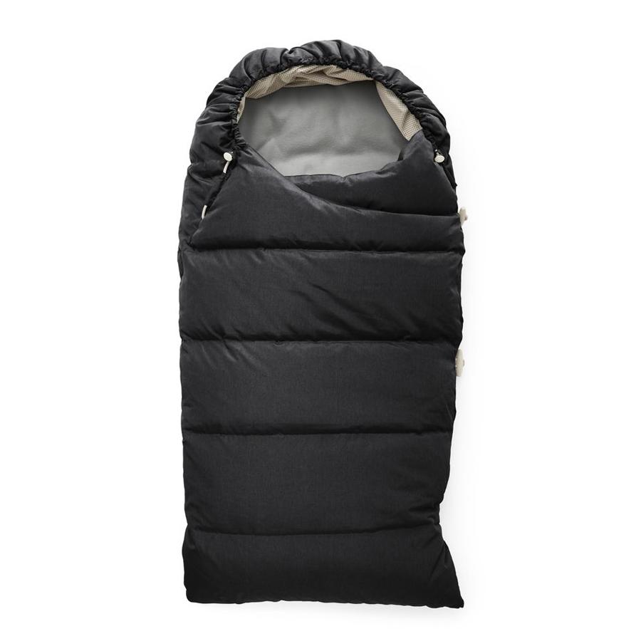 Конверт Stokke Sleeping Bag Down onyx blackКонверты и муфты<br>Stokke Зимний Спальный Мешокbrgt;brgt;Stokke Down Sleeping Bag длиной 71 см пригоден для детей грудного возраста с рождения до примерно 12 месяцев. В спальном мешке, изготовленном из пуха и подбитом мягким флисом, предусмотрены потайные клапаны для 5-точечного ремня безопасности прогулочной коляски. Этот универсальный аксессуар подходит ко всем брендам прогулочных колясок, и предлагается в цветовых вариантах, гармонирующих с расцветками коллекции прогулочных колясок, а также зимнего комплекта Stokke Xplory Winter Kit.