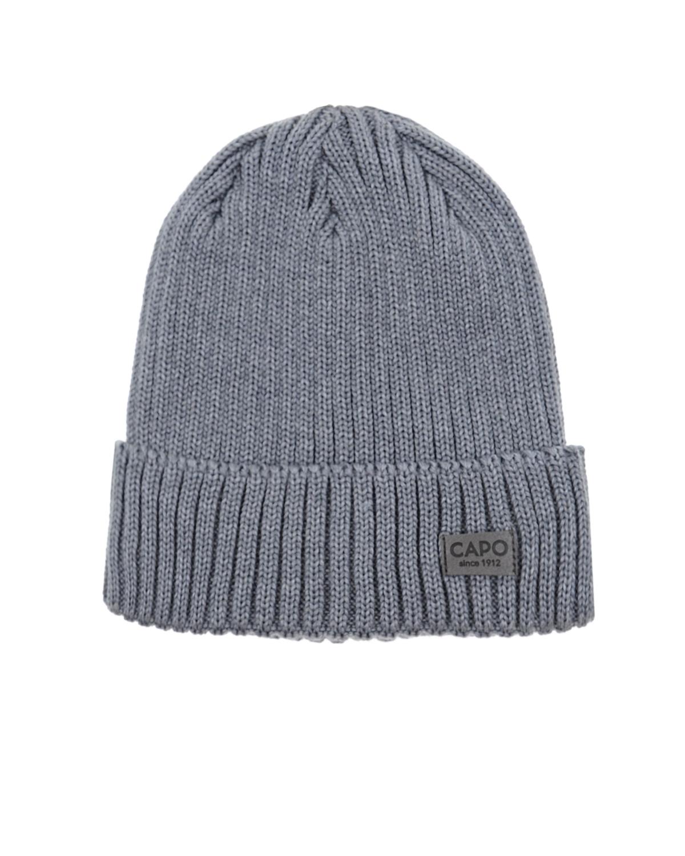 ШапкаШапки<br>Серая вязаная шапка CAPO из натуральной шерсти. Модель с отворотом и флисовой подкладкой. Шапка декорирована нашивкой с логотипом.