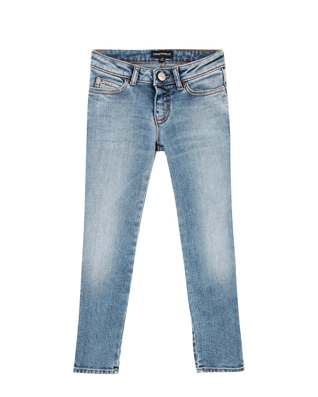 Брюки джинсовые Emporio ArmaniДжинсы<br>Светло-синие джинсы Emporio Armani из стрейч-хлопка с эффектом потертости. Модель slim fit, с классическим расположением пяти карманов.  Джинсы декорированы кожаной нашивкой с логотипом на поясе.