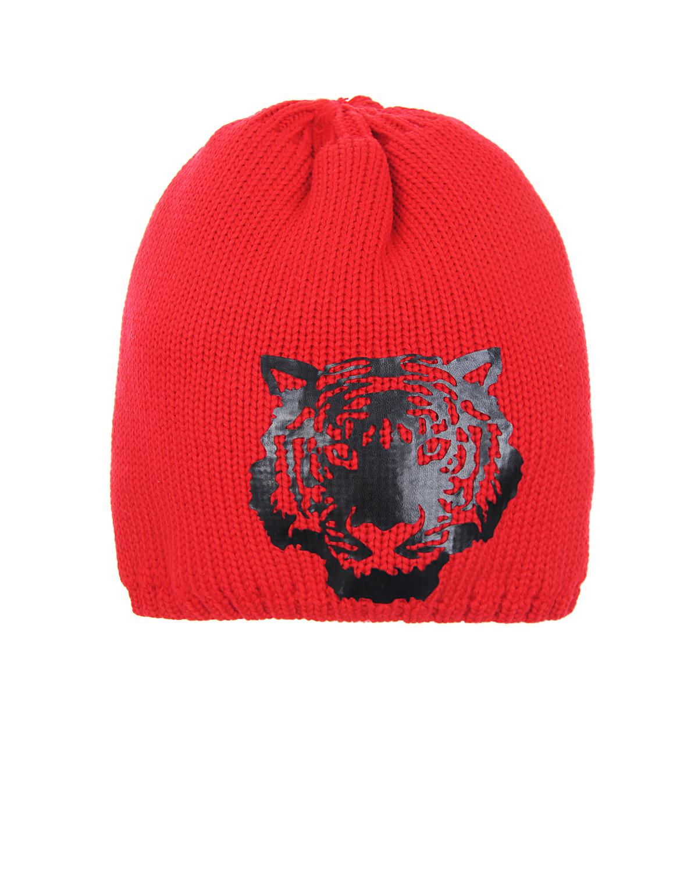 Удлиненная шапка из шерсти Joli BebeШапки<br>Красная шапка Joli Bebe изготовлена из натуральной шерсти. Удлиненная модель отлично сохраняет тепло, благодаря плотной вязке и утеплителю внутри. Передняя панель украшена аппликацией с тигром. Изделие деликатно облегает голову, за счет эластичного края, выполненного в технике «английской резинки».