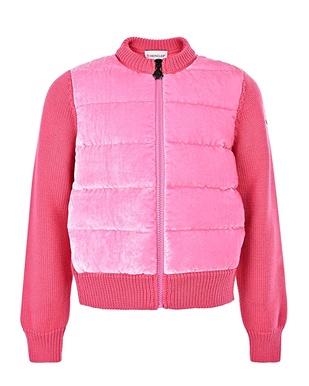 Куртка с велюровой вставкой MonclerЗимние куртки. Пуховики<br>Розовая куртка Moncler. Модель выполнена из шерстяного трикотажа с синтепоновым утеплителем, воротником стойкой и застежкой на молнию. Куртка декорирована велюровой вставкой.