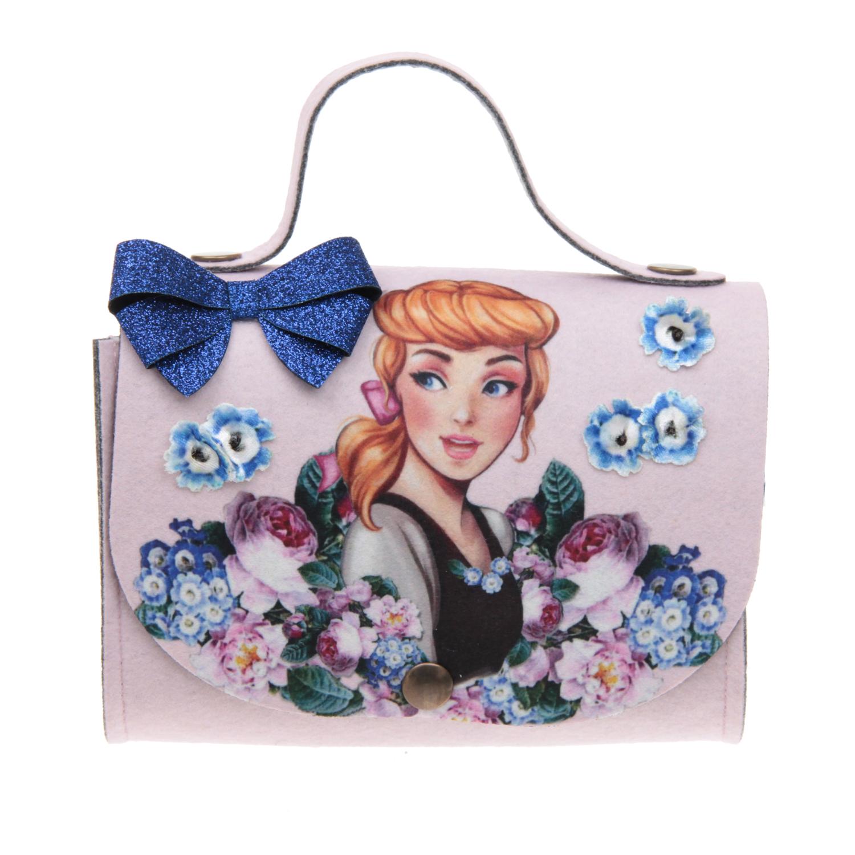 Сумка с Cinderella 18x16x6 см MonnalisaСумки и рюкзаки<br>Небольшая сумка Monnalisa из плотного фетра персикового цвета. Модель с короткой ручкой и одним отделением застегивается на магнит. Откидной клапан украшен бархатной аппликацией «Cinderella», объемными цветами и бантиком, покрытым глиттером. Размер: 18x16x6 см.