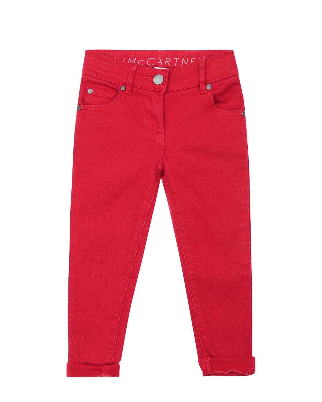 Slim fit джинсы Stella McCartneyДжинсы<br>Slim fit джинсы Stella McCartney из ярко-красного денима. Ткань хорошо тянется, благодаря нитям эластана, входящим в состав материала. Модель «5 карманов» дополнена фирменным лейблом сзади.