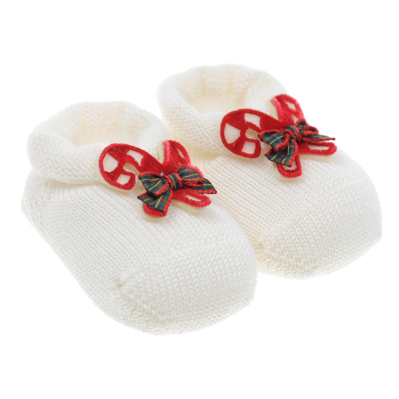 Пинетки Story LorisПинетки<br>Белые вязаные пинетки Story Loris из натуральной шерсти. Модель декорирована аппликацией в виде перекрещенных рождественских леденцов с бантом.