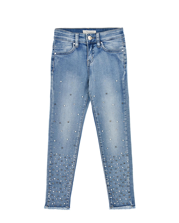 Skinny fit джинсы с бусинами и бахромой Twin SetДжинсы<br>Skinny fit джинсы Twin Set выполнены из голубого денима-стрейч. Модель «5 карманов» украшена перламутровыми бусинами. Низ отделан бахромой. Задний карман декорирован логотипом из страз.