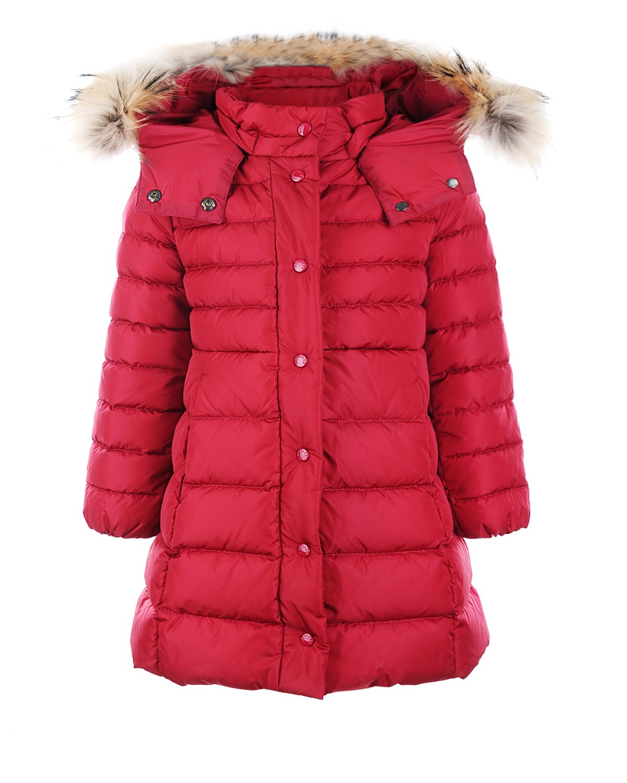 Пальто MonclerЗимние куртки. Пуховики<br>Стеганое утепленное пухом пальто MONCLER насыщенного брусничного оттенка. Модель со съемным капюшоном, отделанным мехом енота. Двойная застежка на молнию и кнопки. Сзади в области талии резинка для лучшей посадки по фигуре.