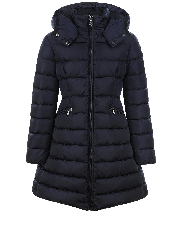 Приталенное зимнее пальтоЗимние куртки. Пуховики<br>Стёганое пальто классического приталенного кроя бренда Moncler. Пуховик тёмного цвета из осенне-зимней коллекции. Модель застегивается молнией спереди, дополнена капюшоном на кнопках, на полочках - прорезные карманы на молниях. Сзади утягивающая эластичная вставка на линии талии. Базовая модель для повседневных выходов.